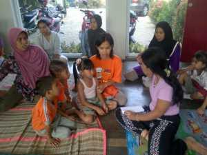 orang tua konsultasi mengenai kondisi anaknya
